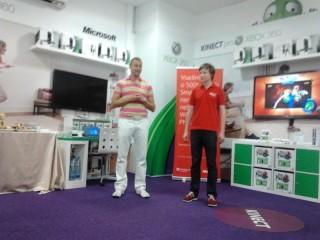 René Keyzlar, manažer mobilní divize společnosti Microsoft, seznámil s výsledky putovní soutěže, promotér vpravo si s účastníky zasoutěžil