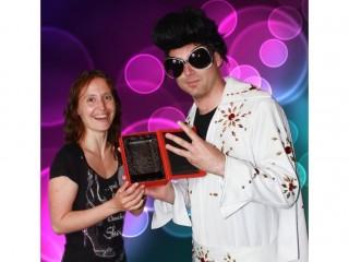 Karel Rumler (DCD Publishing) předává Zuzaně Komárkové z Avnetu cenu za třetí místo Český a Slovenský IT distributor 2011 v kategorii VAD