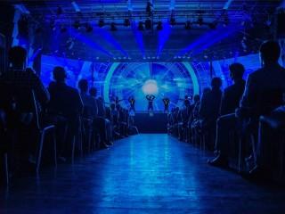 Podmanivá světelná show zahájila konferenci