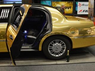 Kdo se chtěl cítit skutečně jako VIP, mohl usednout se sklenkou sektu v limuzíně