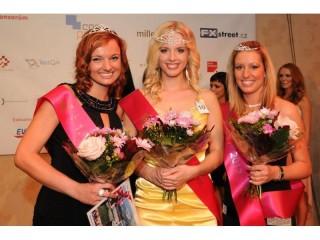 Uprostřed Miss IT Jana Vitoušková, vlevo první vicemiss Lucie Androlová a vpravo druhá vicemiss Zuzana Krásová