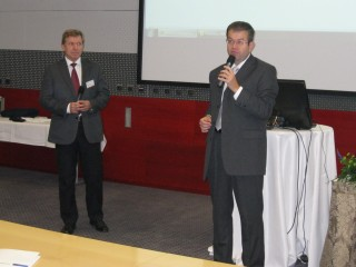 Vlevo Martin Procházka, ředitel společnosti OKsystem, vpravo moderátor Petr Koubský