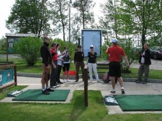 Partneři se učí základy golfu