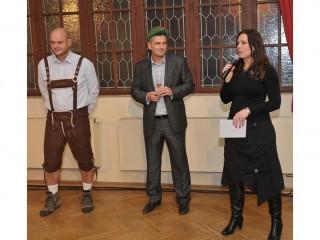 Dušan Pirich a Lucie Kuhnová (oba EATON) spolu se sommeliérem Jakubem Králem (vlevo)