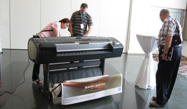 Jedna z velkoformátových tiskáren