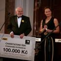 Evžen Varadinek, generální ředitel SWS, a Lucie Výborná při předání šeku pro projekt Světluška