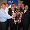 Pan Taba, prezident Epson Europe, s pohárem Manchesteru United
