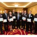 Zástupci oceněných firem uprostřed s Romanem Cabálkem z Microsoftu