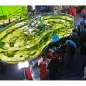 Akvárium a před ním stánek s fototechnikou Canon