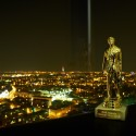 Zlatá soška pro vítěze a noční panoráma Prahy