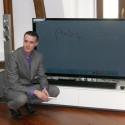 Ondřej Vltavský, produktový manažer společnosti Panasonic, předvádí dotykové funkce nových televizorů
