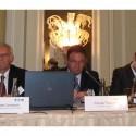 Zleva sedí Lennart Jonsson, výkonný viceprezident a technický ředitel společnosti Eaton, Yannis P. Tsavalas, prezident společnosti Eaton pro region EMEA a Miroslav Křížek, generální ředitel společnosti CzechInvest