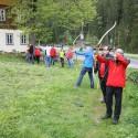 Partneři trénují střelbu z luku