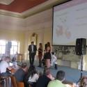 Petr Pavlíček, obchodní ředitel Tech Data, blahopřeje vítězce partnerské soutěže