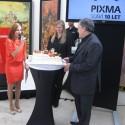 Zleva moderátorka akce, uprostřed Patrícia Královičová, produkt byznys developer v Canonu, a vpravo Miloš Bejblík, marketingový ředitel Canonu při slavnostním nakrojení dortu