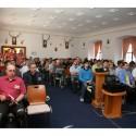 Účastníci netrpělivě očekávají začátek přednášky. Na mnoho z nich se s místem nedostalo.