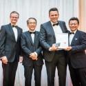 Zástupce společnosti PCI Nederland (druhý zprava) přebírá ocenění za inovace