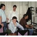 Miroslav Trnka (v strede dole), Peter Paško (vlavo hore) a Rudolf Hruby (vpravo u PC)